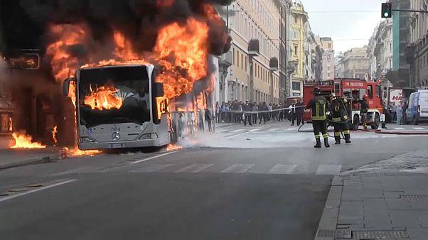 Roma'da yolcu otobüsü alevler içinde kaldı