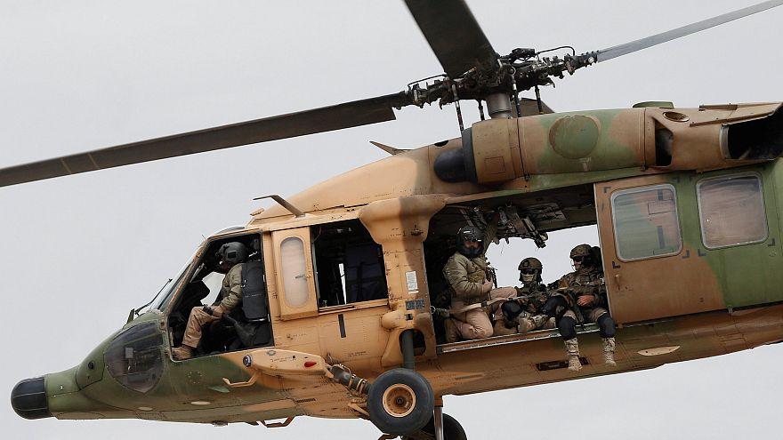 Ein Militärhubschrauber mit Soldaten