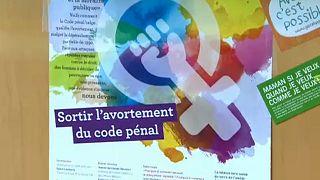 Bélgica: governo quer retirar aborto do código penal