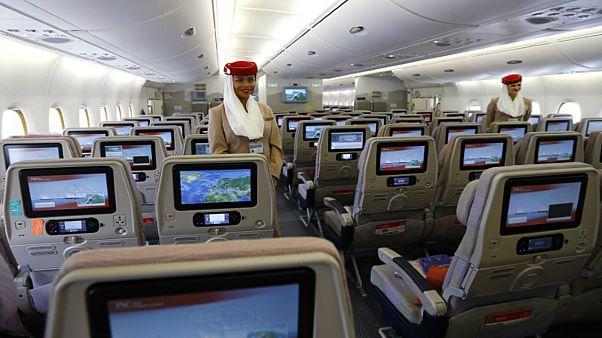 طيران الإمارات يعاني من نقص كبير في  أطقم الضيافة