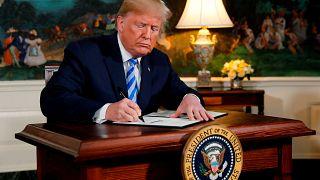 Trump unterschreibt seine Entscheidung, aus dem Atomabkommen auszusteigen