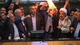 شاهد: البرلمان الإيراني يحرق علم أمريكا ونسخة من الاتفاق النووي