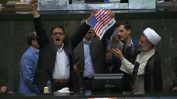 İranlı milletvekilleri mecliste ABD bayrağı yaktı
