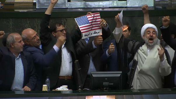 L'IRAN brucia la bandiera USA