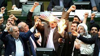 Ιράν: Βουλευτές έκαψαν σημαία των ΗΠΑ μέσα στο κοινοβούλιο