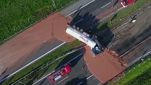 Разлив шоколада на польской автомагистрали