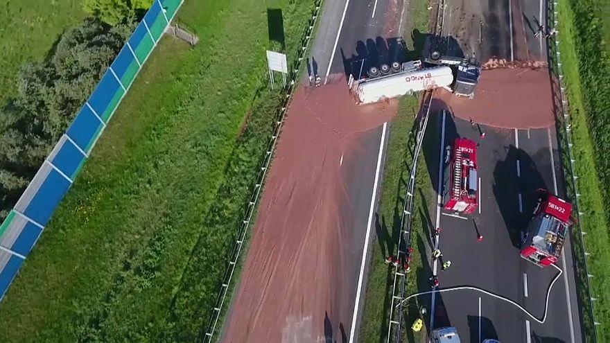 شاهد: أطنان من الشوكولاتة تسيل على طريق سريع ببولندا