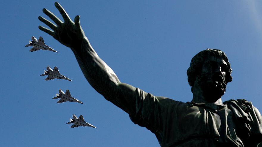 Vladimir Putin apresenta máquinas de guerra com discurso de paz