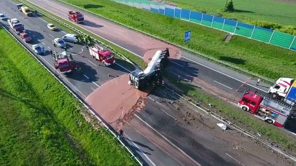 Camião carregado de chocolate despista-se na Polónia