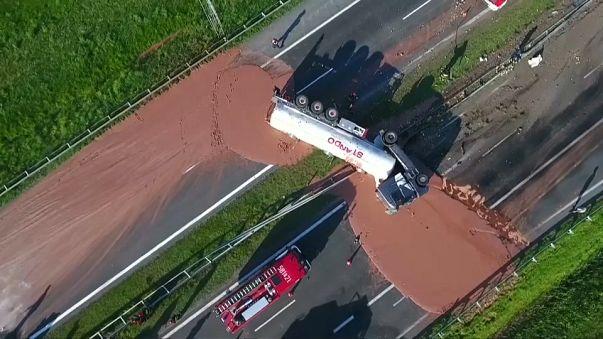 Polonia: un fiume di cioccolato invade l'autostrada