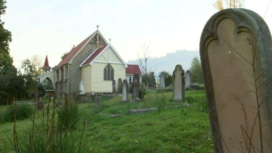 صورة للكنيسة والمقبرة المحاذية لها