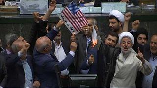 Tod gewünscht: US-Flagge brennt in Irans Parlament