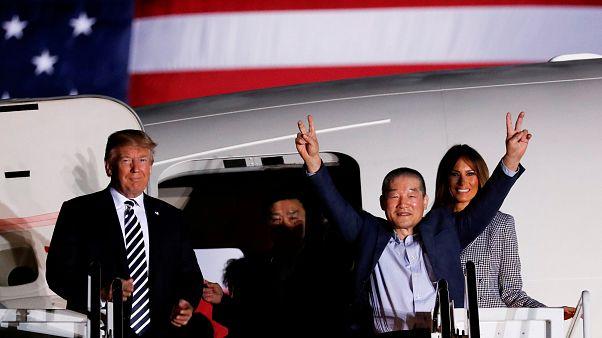 Norte-americanos libertados por Pyongyang voltam a casa