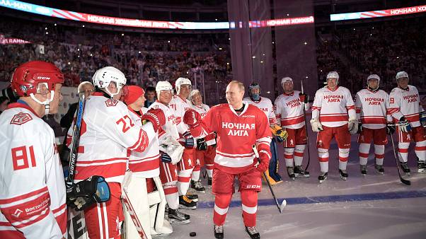 Wladimir Putin in roter Eishockeymontur im Eisstadion