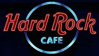 """مقاهي """"هارد روك"""" تطلب من السيدات ارتداء التنانير بدلا من السراويل"""
