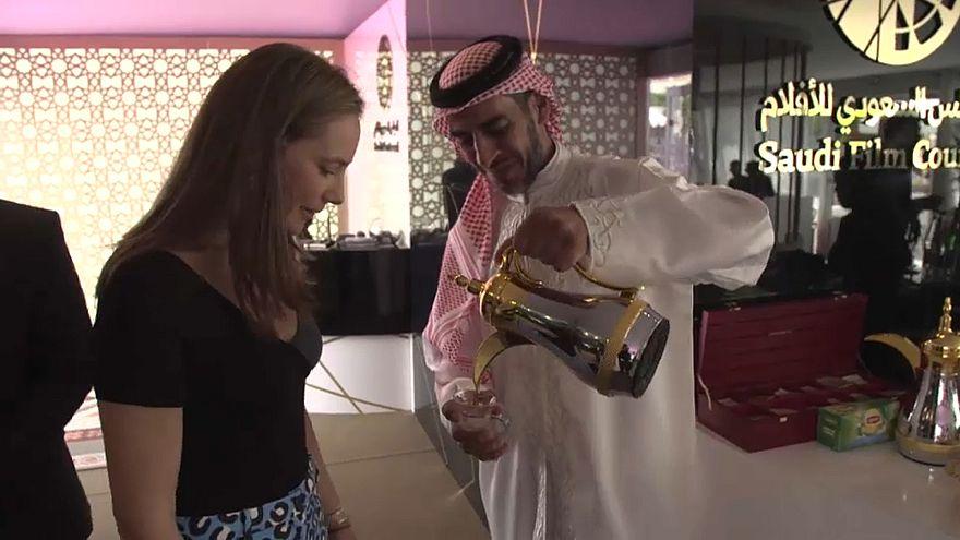 L'inviata a Cannes, Belle Donati, nello stand dell'Arabia Saudita
