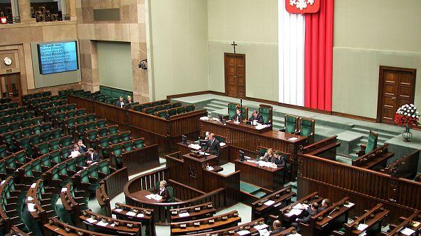 نمایندگان پارلمان لهستان به طرح کاهش حقوق خودشان رای مثبت دادند