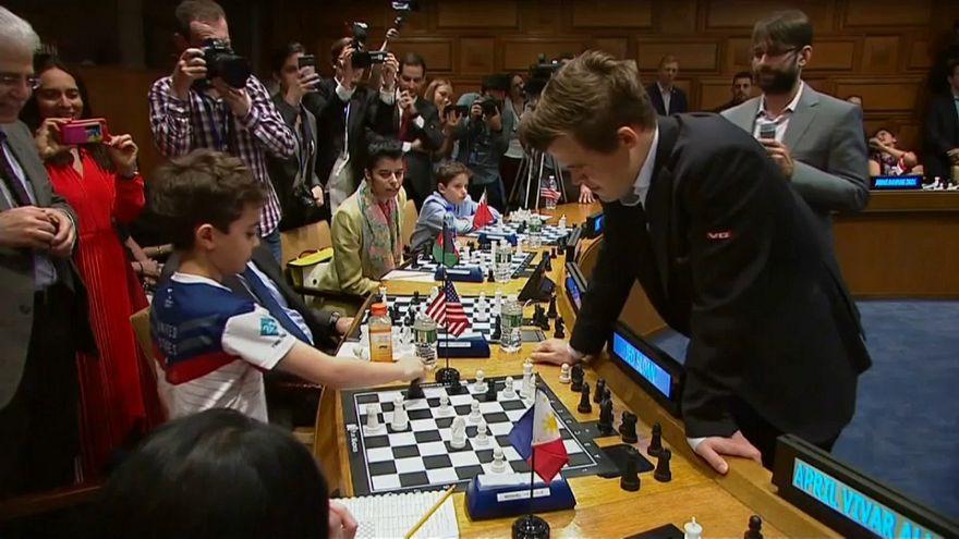 شاهد: بطل العالم للشطرنج يهزم 15 منافسا في آن واحد