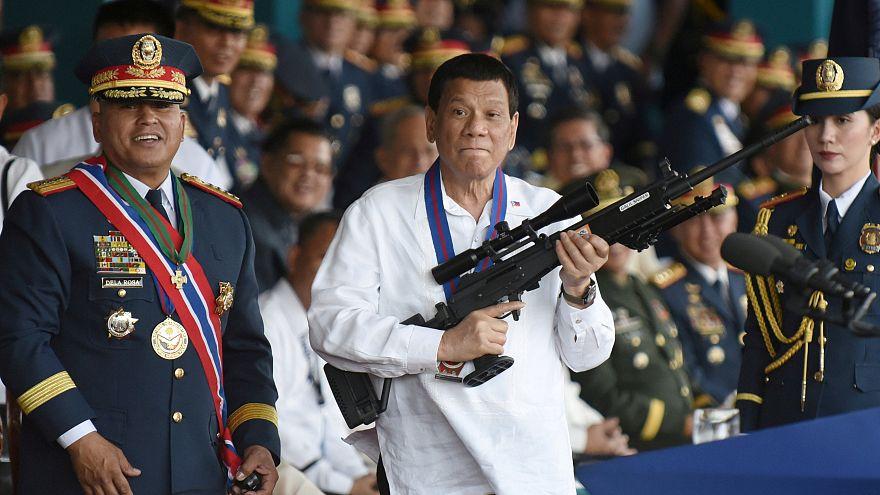 """بعدما وصفها دوتيرتي ب""""العدوة"""" المحكمة العليا في الفلبين تعزل رئيستها"""