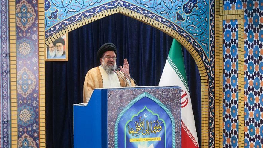 صورة من أرشيف رويترز لرجل الدين الإيراني البارز أحمد خاتمي وهو يخطب في مسجد