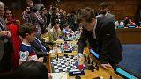 Magnus Carlsen spielt Schach gegen 15 Gegner gleichzeitig