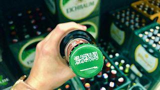 علم السعودية على غطاء منتج كحولي