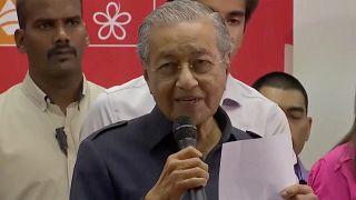 منع رئيس الوزراء الماليزي السابق من السفر بعد استقالته ومهاتير محمد يبدأ بتشكيل الحكومة