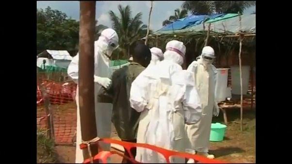 معاینه فرد مشکوک به ابتلا به ابولا را در کامپونگو در جمهوری دموکراتیک کنگو