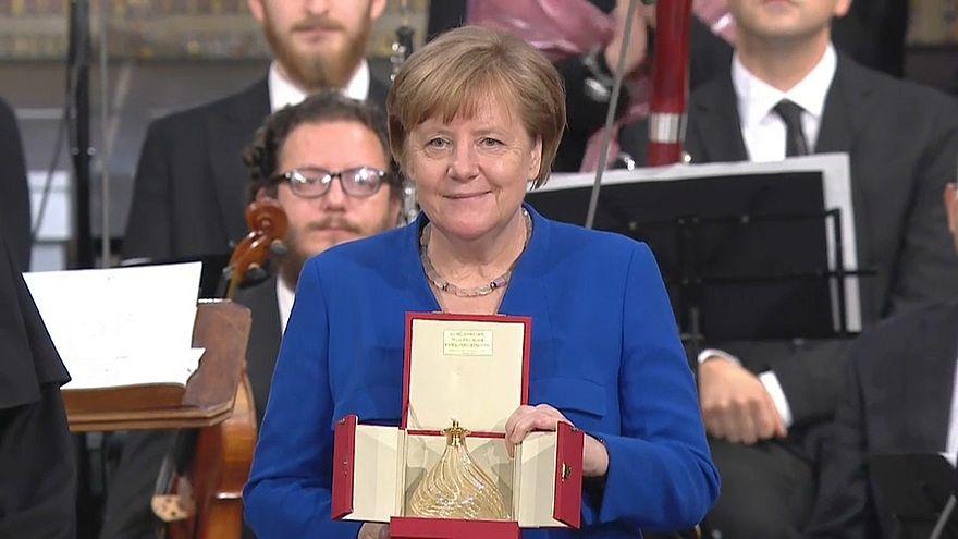 Kanzlerin Merkel mit Friedenslicht ausgezeichnet