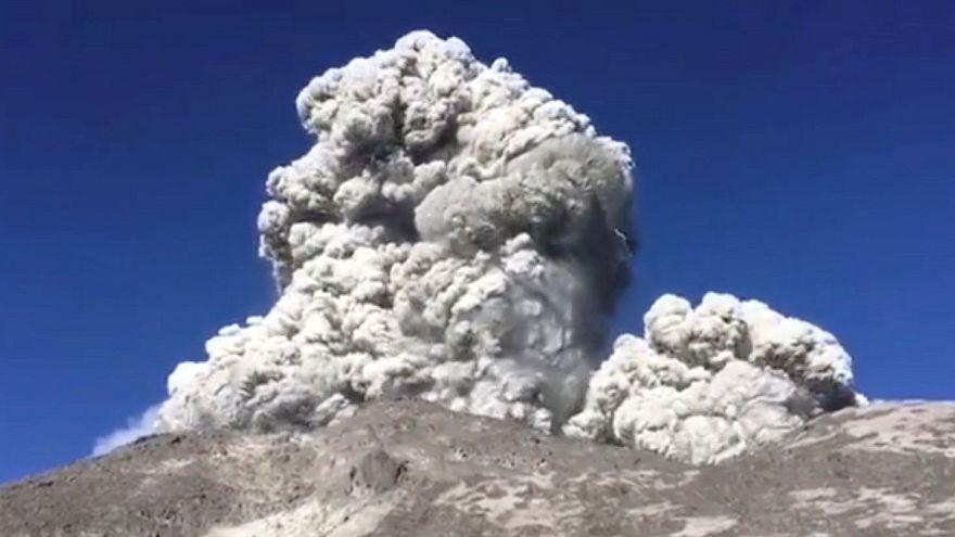 Aschewolke über Vulkan Merapi auf Java