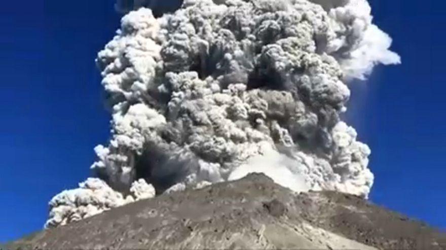السياح يستمتعون بمشهد البركان الثائر في إندونيسيا