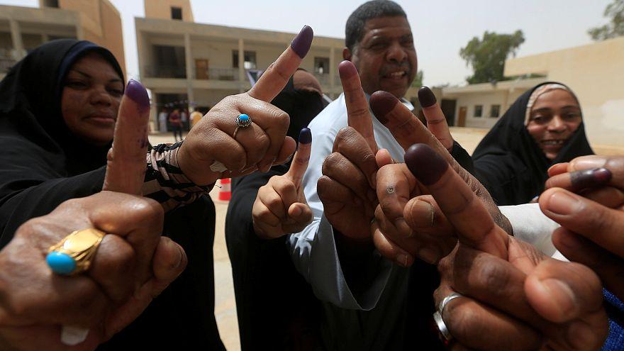 Iraker halten ihre tintengetränkten Zeigefinger in die Kamera