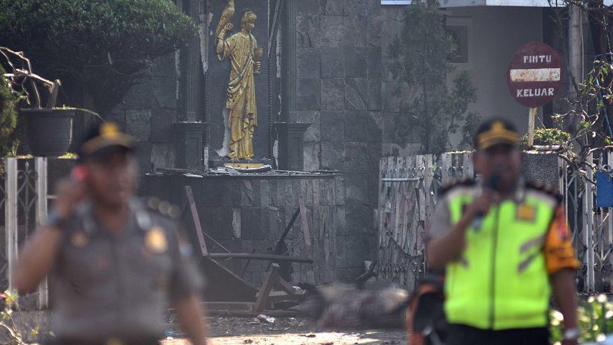 مقتل 13 شخصا في تفجيرات انتحارية بثلاث كنائس في إندونيسيا تبناها داعش