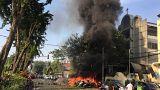 Motorräder brennen vor einer Kirche in Indonesien