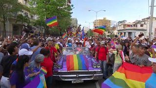 Havana'da homofobiye karşı LGBT yürüyüşü
