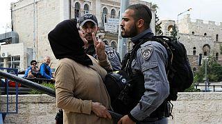 یکی از افسران پلیس اسرائیل در مقابل یک تظاهرکننده فلسطینی