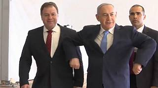 نتنياهو يرقص رقصة الدجاجة احتفالا بفوز إسرائيل بلقب اليوروفيجن