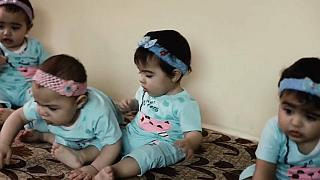 فرحة في المخيمات: لاجئان سوريان في الأردن يُرزقان بأربعة توائم