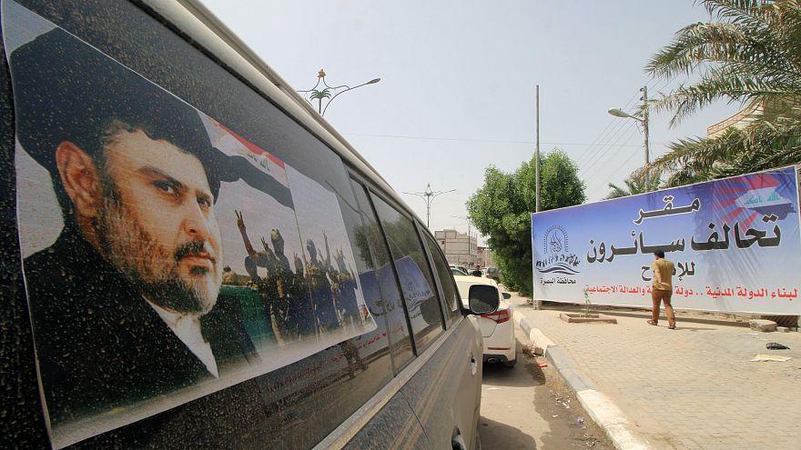 Un manifesto elettorale mostra il volto del religioso sciita Moqtada al-Sad