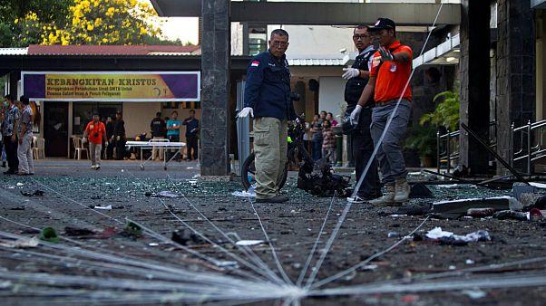 Endonezya: İntihar bombacısı aile kiliselere saldırdı