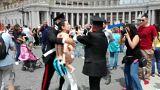 شاهد: ناشطة عارية الصدر تقتحم الفاتيكان خلال صلوات البابا