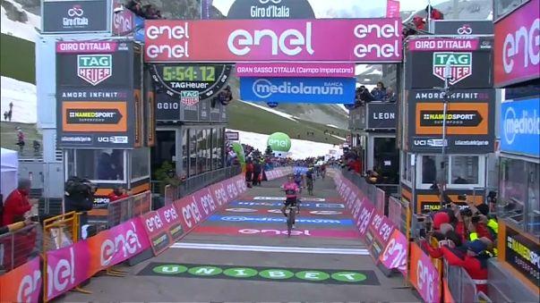 Giro : Simon Yates, toujours plus rose