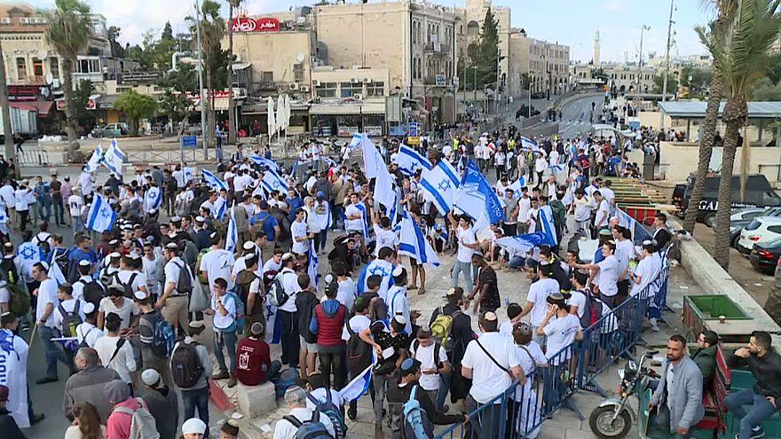 Tensión en la marcha de las banderas