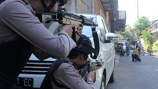 Endonezya'da 5 kişilik aileden intihar saldırısı
