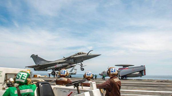 Un rafale français sur la piste du porte-avions américain USS Bush