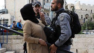 امرأة فلسطينية في مواجهة جندي اسرائيلي في البلدة القديمة بالقدس