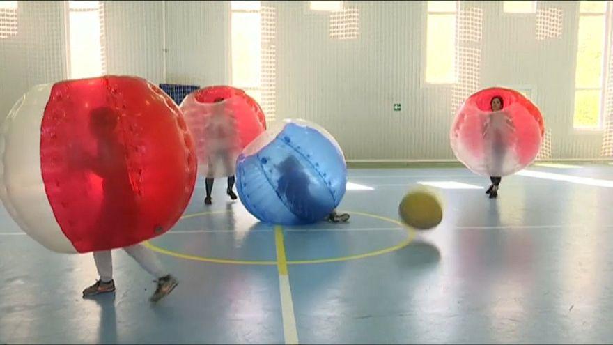 مباراة في كرة القدم واللاعبون يرتدون كرات هوائية