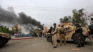 عناصر من قوات الأمن الأفغانية في حالة تأهب أثناء انفجارات ومعارك مع مسلحين