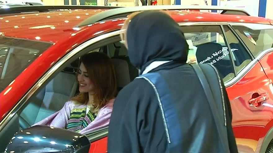 امرأة سعودية تجرب سيارة في معرض في المملكة