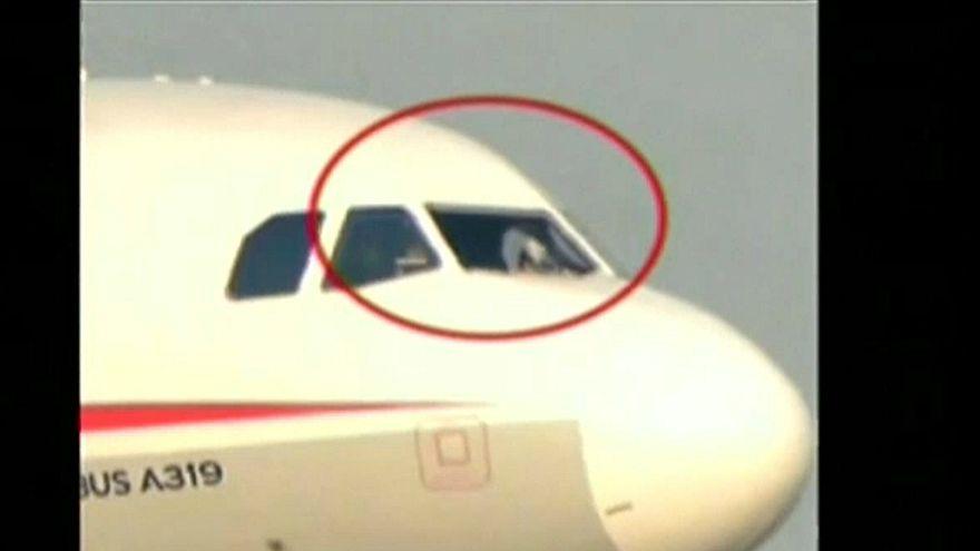 شاهد: لحظة هبوط طائرة صينية اضطراريا بعد تحطم زجاج قمرة القيادة